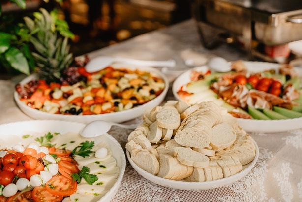 Trouwlocatie feestlocatie Buffet met fruitsalade, caprese salade, meloen met ham en stokbrood