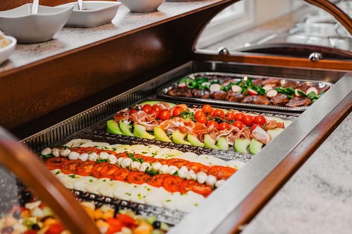 Trouwlocatie feestlocatie Buffet met fruitsalade, salade caprese, ham en meloen