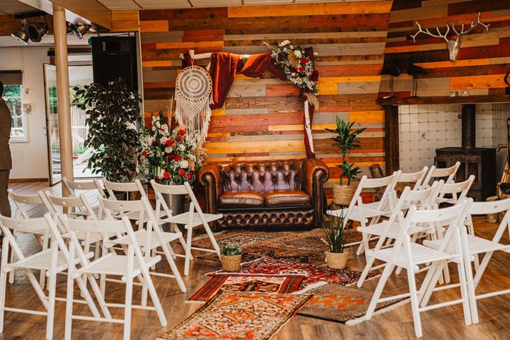 Trouwlocatie feestlocatie Ceremonie opstelling binnen met backdrop bij chesterfield