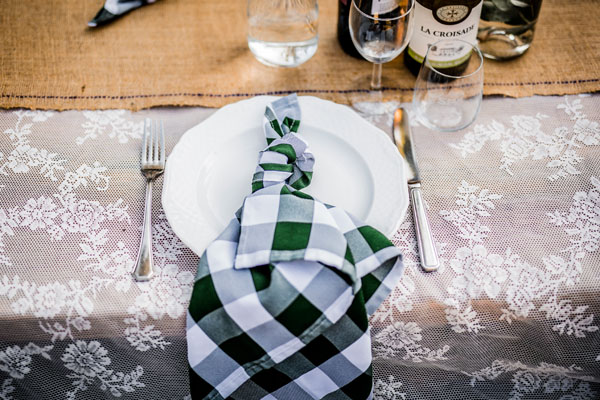 Feestocatie Diner tafel ingedekt met wit groene servet