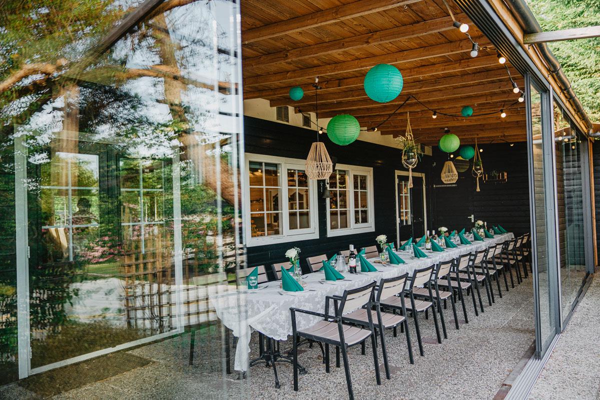 Trouwlocatie feestlocatie terras met groen thema