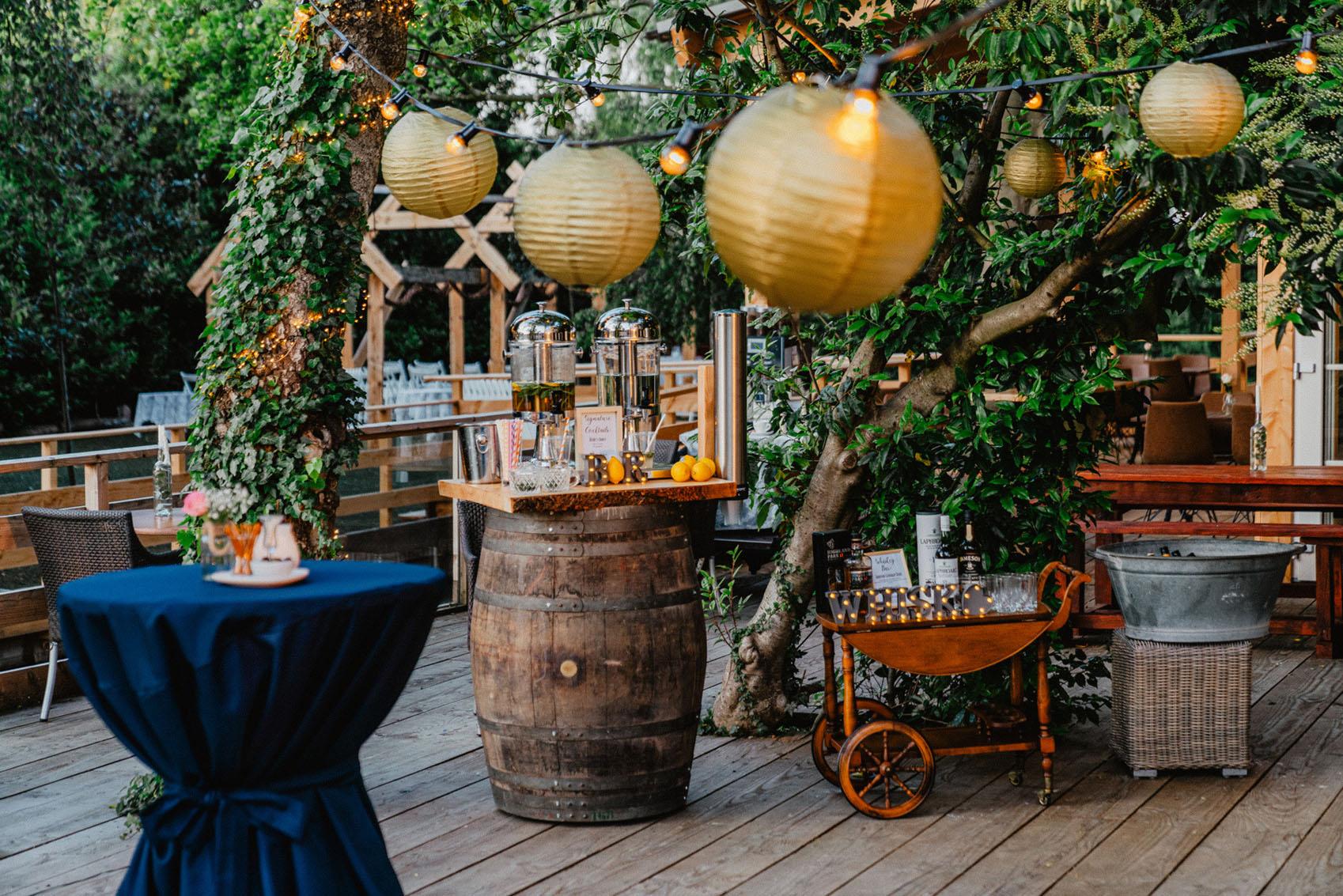 Trouwlocatie feestlocatie terras met limonadebar en whisky bar