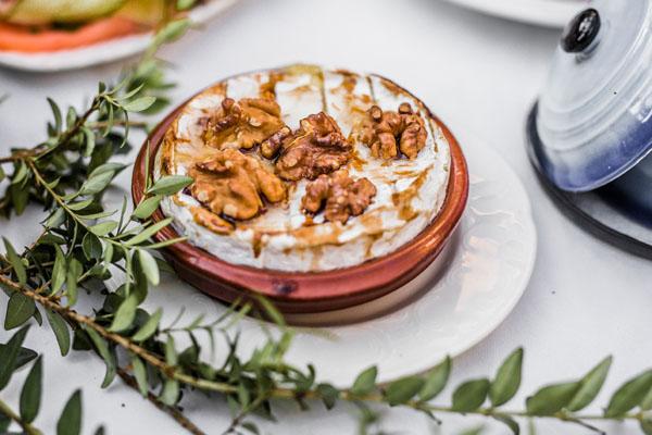 Trouwlocatie Voorgerecht gebakken camembert met walnoten en honing
